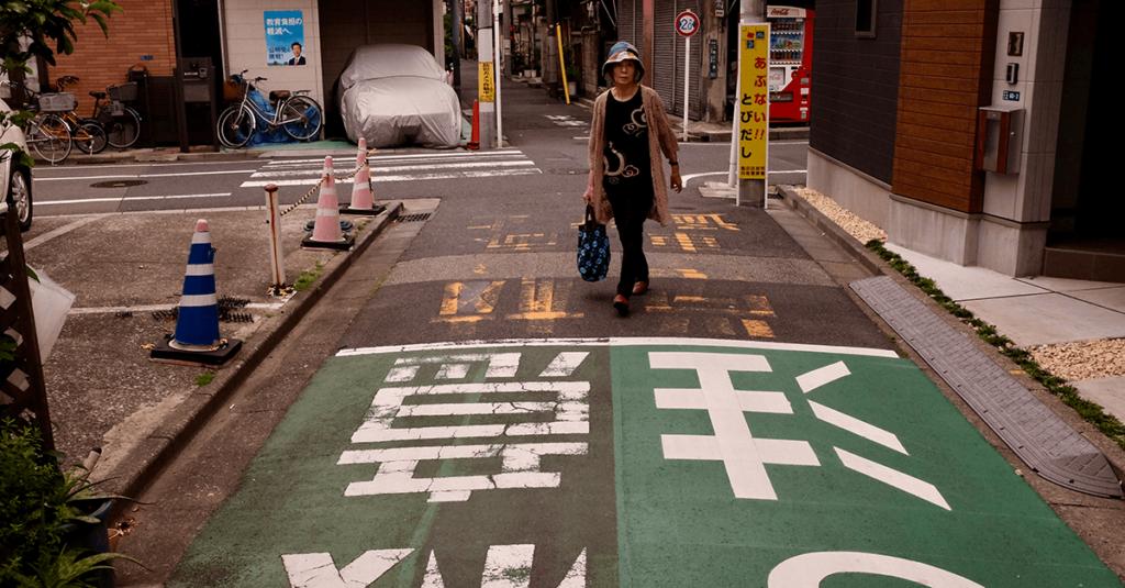 Gående och bilister delar gatorna. Foto: Pelle Sten
